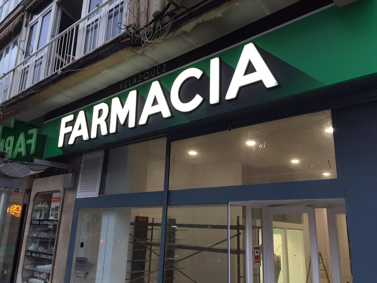 Letrero luminoso en la fachada para la farmacia Velázquez
